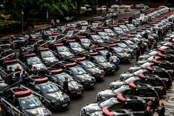 Filas de viaturas da Polícia Civil estacionadas lado a lado diante do Palácio Piratini, em Porto Alegre.
