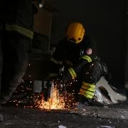 Bombeiros usa uma serra circular e saltam faísca.
