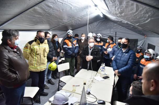 Delegado Ranolfo Vieira Júnior e integrantes do Corpo de Bombeiros Militar dentro de cabana de campanha para alinhar os próximos passos da operação.
