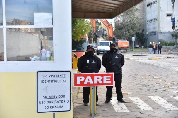 Duas vigias diante da portaria da SSP.
