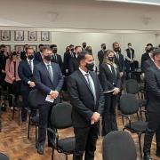 De pé, novos delegados acompanhando cerimônia de posse